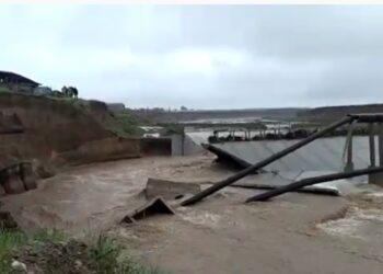 В Шымкенте обрушилась защитная дамба на реке Бадам. В результате прорвало коллектор 3
