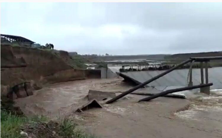 В Шымкенте обрушилась защитная дамба на реке Бадам. В результате прорвало коллектор 1