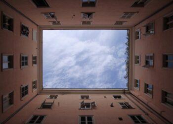 Студент на лету поймал выпавшего из окна ребенка в Алматинской области 1