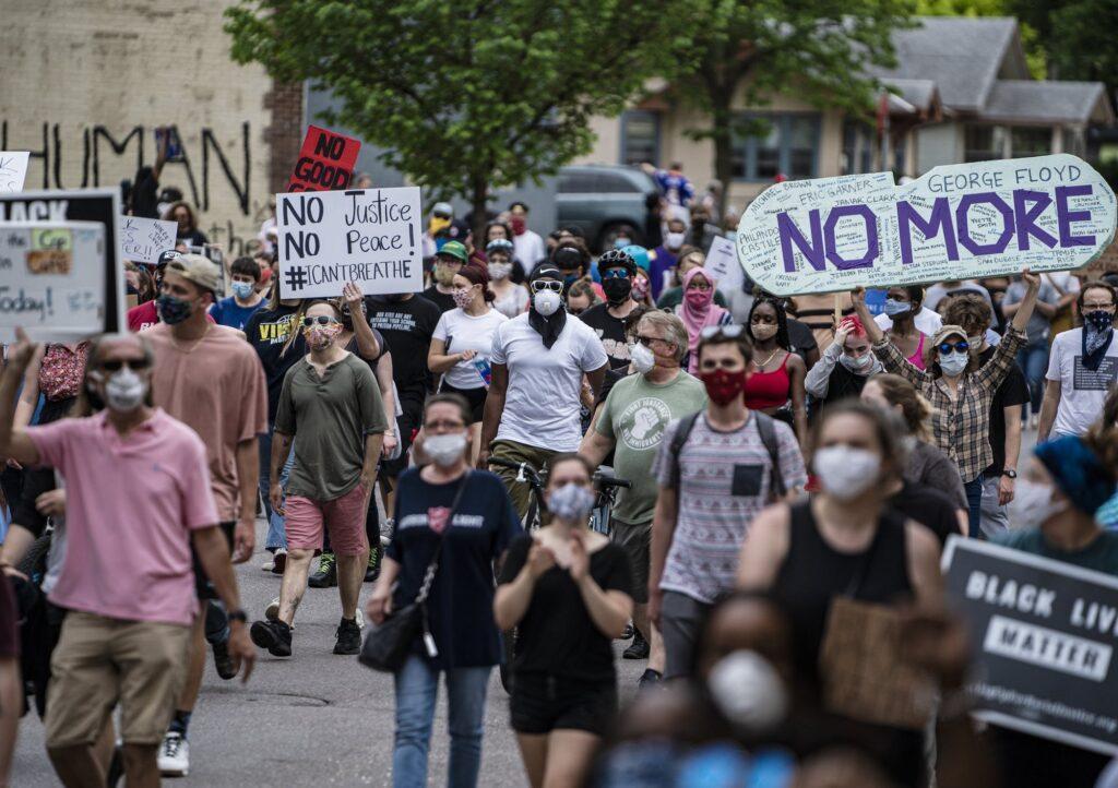 «В США умирают из-за двух вирусов: COVID-19 и расизм»: Американцы бунтуют из-за смерти темнокожего от рук полицейских 3