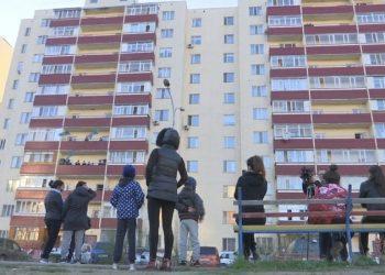 «Мы не отчаиваемся» - карагандинцы спели гимн с балконов