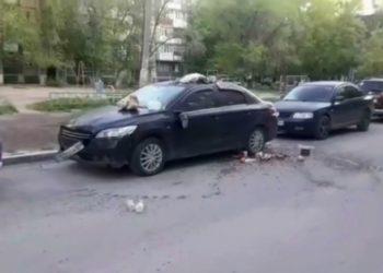 Поругавшаяся с мужем жительница Темиртау выбросила с девятого этажа мусор на его машину 1