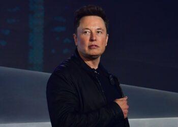 «Спасибо, сэр, ха-ха» - Илон Маск по-русски ответил главе Роскомоса