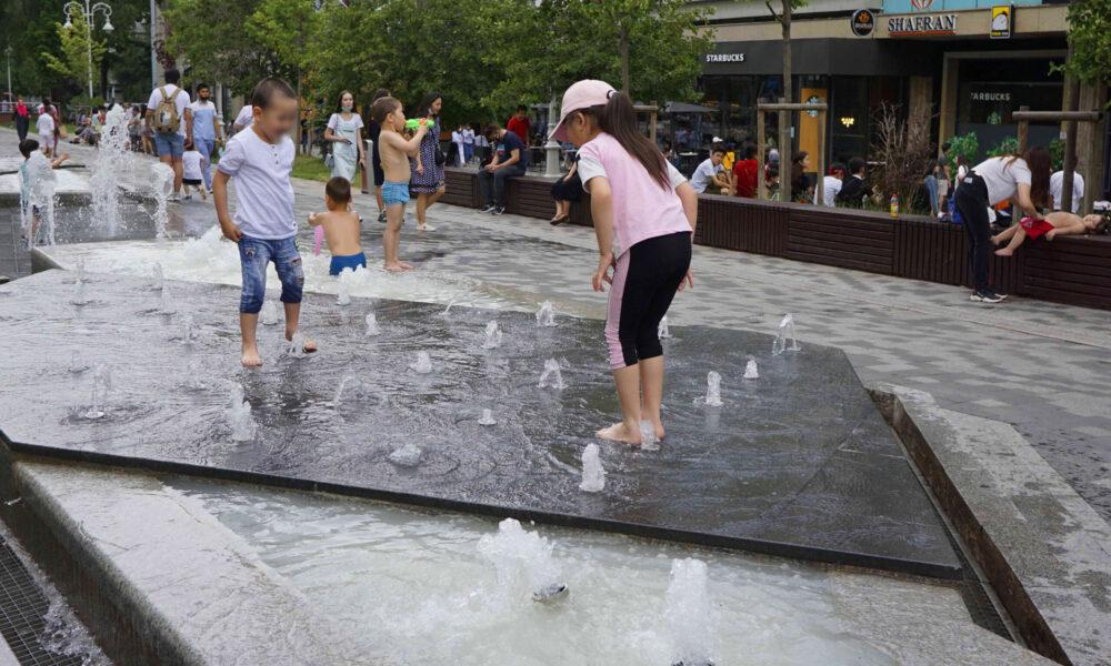 В Алматы дети спасаются от зноя в фонтанах. Объясняем, почему это опасно для здоровья и кошелька 3