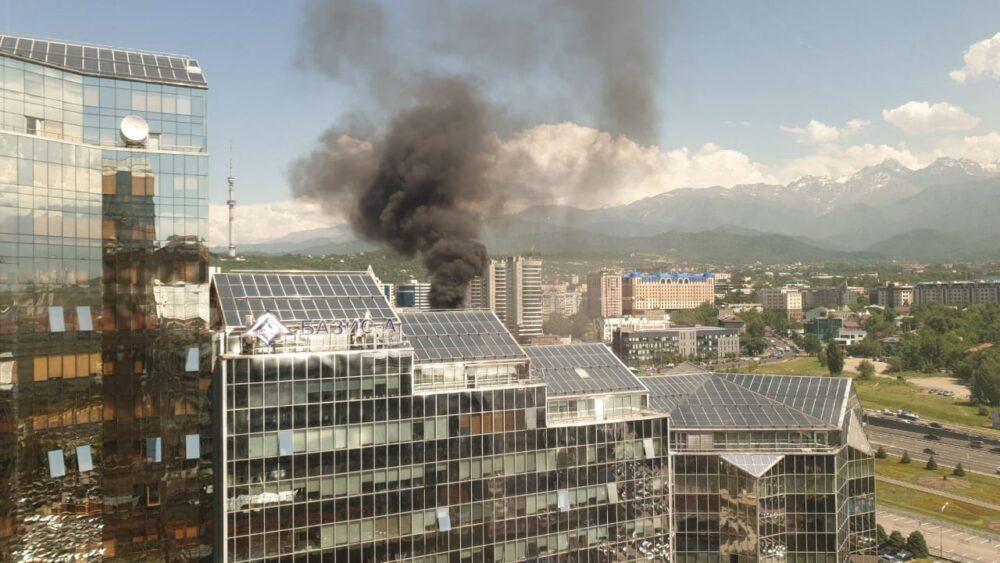 Пассажирский автобус сгорел в центре Алматы 3