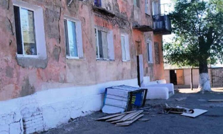 Балкон рухнул вместе с жильцами квартиры в Карагандинской области 1