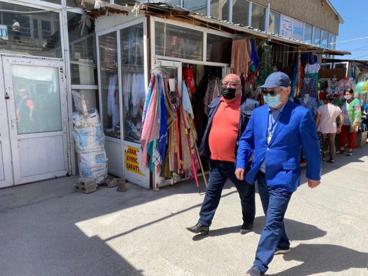 «Торгуют прямо с земли» - Сапарбаев прошелся по рынкам Тараза