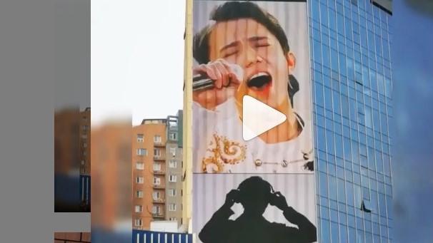 Видеобаннер с Димашем Кудайбергеном появился на одном из зданий Пекина 1