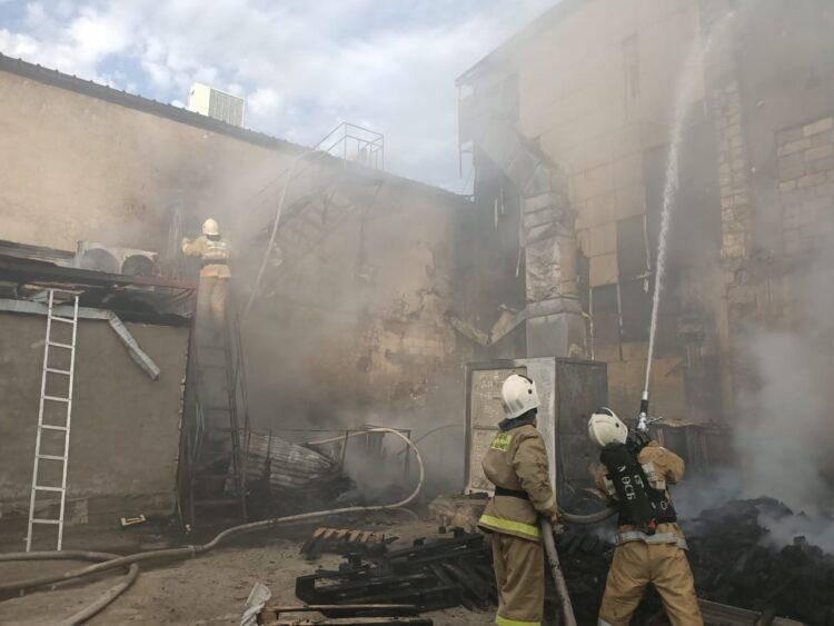 Торговый центр горел в Жанаозене 1