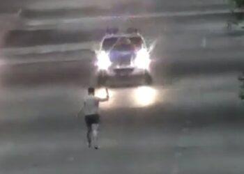 Пьяный астанчанин бросался с ножом на проезжающие машины 1
