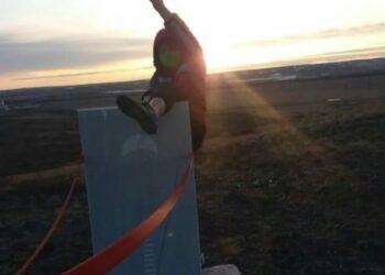 Карагандинка закинула ногу на памятник воинам-десантникам и показала непристойный жест