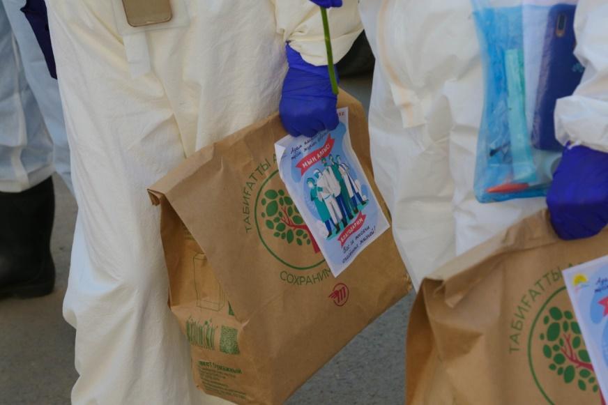 Активисты МК «Jas Otan» порадовали медиков страны «Пакетами благодарности» 5