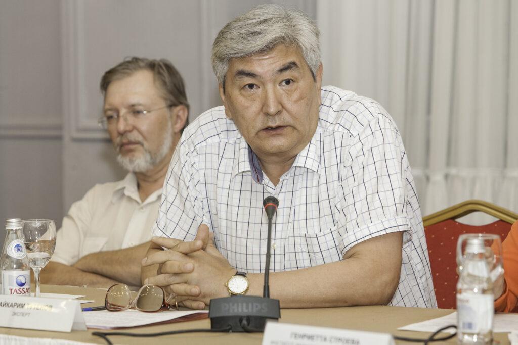 Раздавать казахстанцам пенсионные деньги или вкладывать их в другие страны. Разбираемся