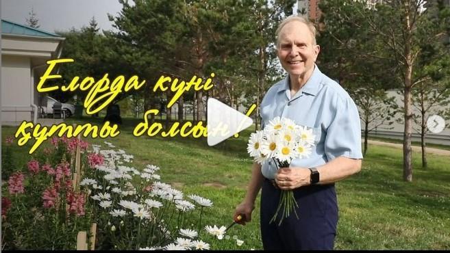 Посол США в Казахстане показал выращенный за время пандемии цветочный сад 1
