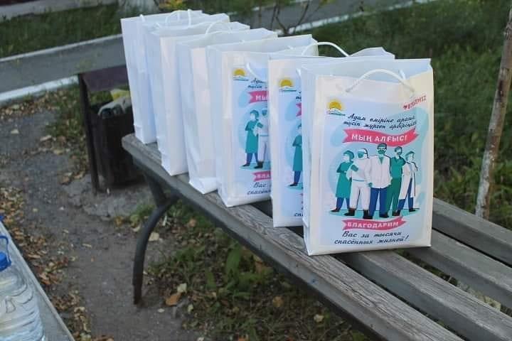 Медработники Темиртау получили «пакеты благодарности» от Nur Otan 2