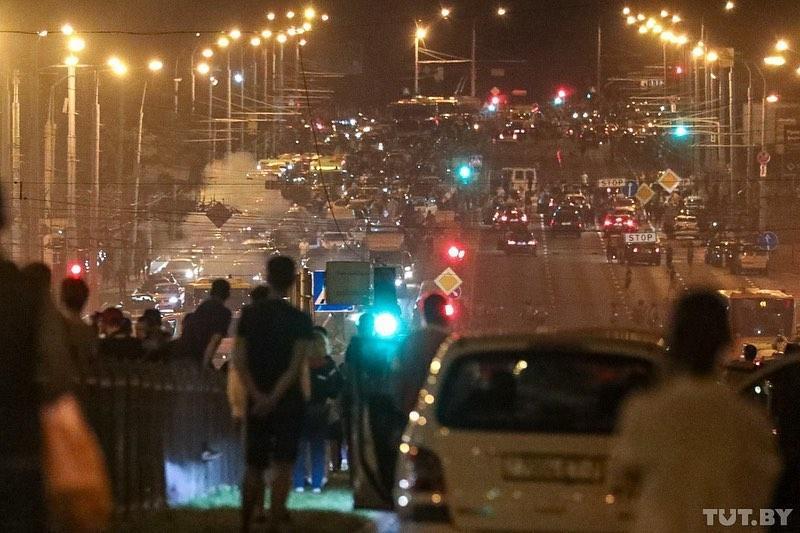 Гибель демонстранта, ранения, баррикады: кадры второй ночи протестов в Минске 1