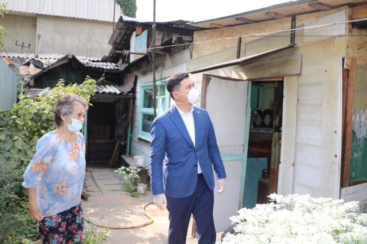 Партийцы Nur Otan помогли одинокой пенсионерке с инвалидностью 1