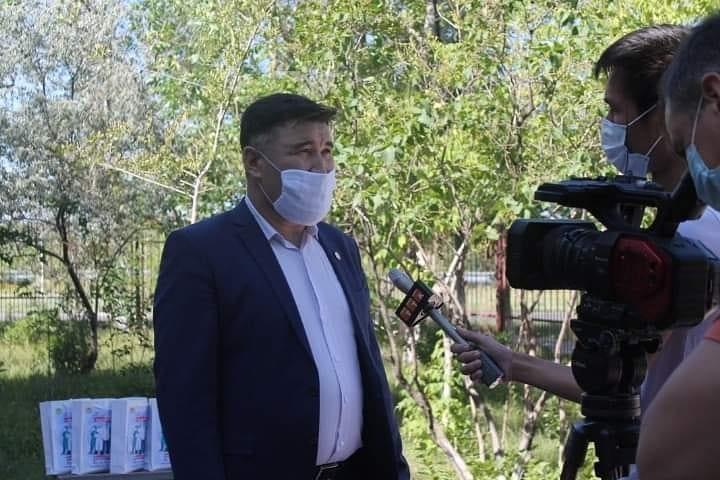 Медработники Темиртау получили «пакеты благодарности» от Nur Otan 4