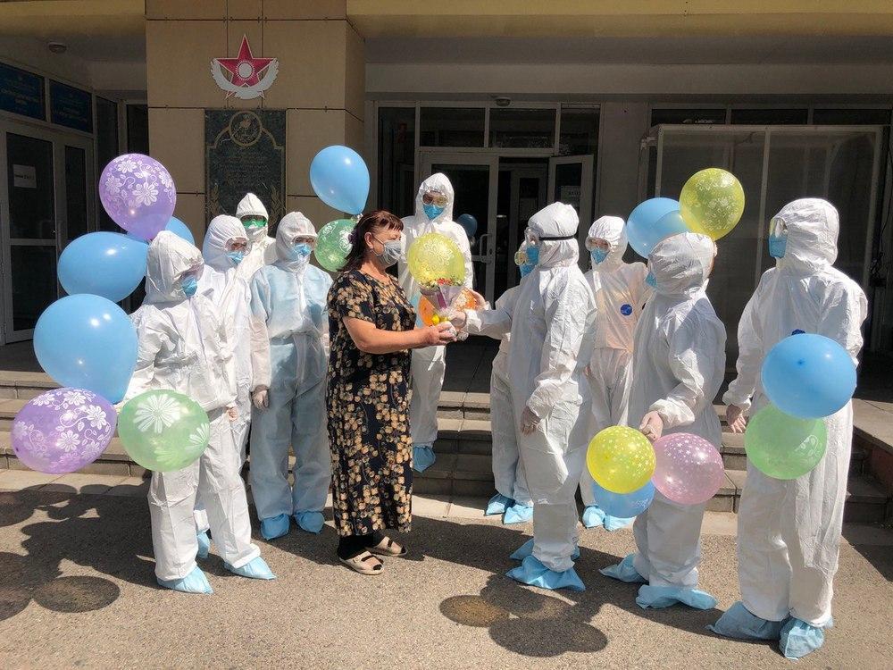 В Алматы последнего больного коронавирусом выписали из военного госпиталя 1