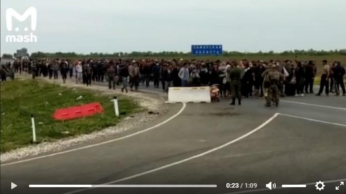 Столкновения мигрантов с гвардейцами происходят на казахстанско-российской границе - СМИ 1