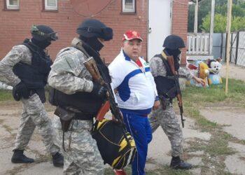 Задержание Муслима Ундаганова в его доме в Уральске 19 августа 2020 года. Фото: uralskweek.kz