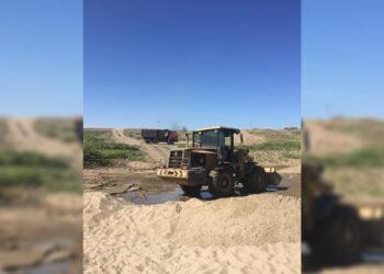 В промышленных масштабах неизвестные украли песок с пляжа реки Иртыш 1