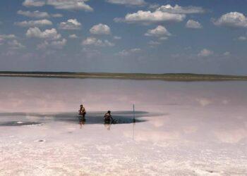 Еще один скандал вокруг Кобейтуз: Семейная пара на Mercedes хотела забрать грязь из озера 2