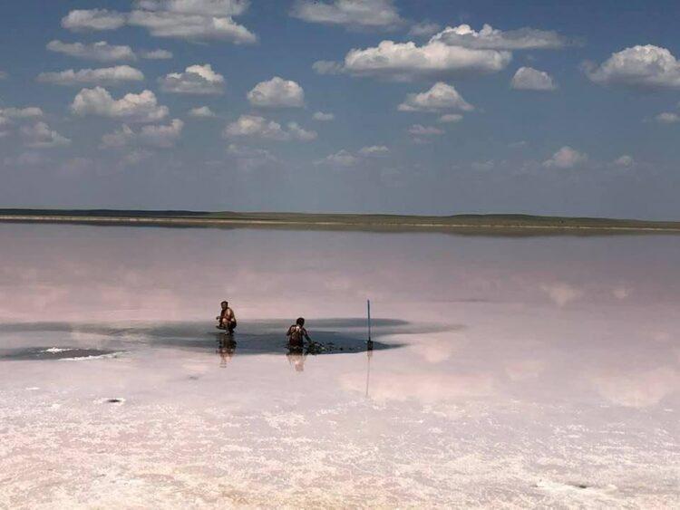 Еще один скандал вокруг Кобейтуз: Семейная пара на Mercedes хотела забрать грязь из озера 1