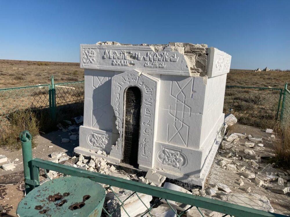 В Атырауской области разгромили гробницу Матен-кожа 3