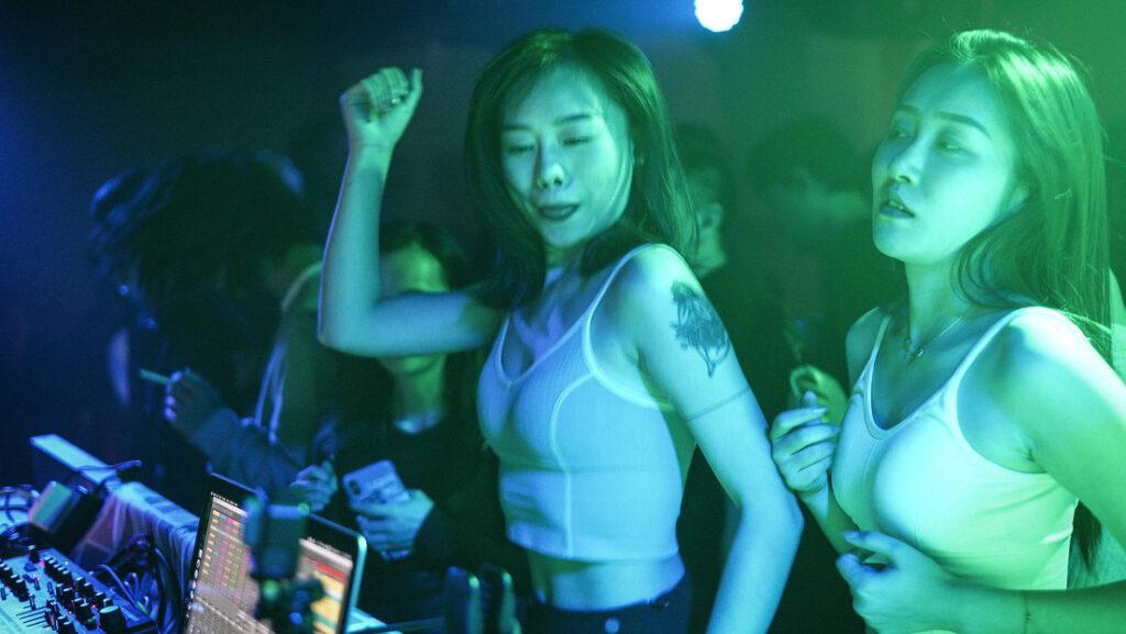 Без масок и дистанцирования: как проходят вечера в ночном клубе Уханя, эпицентра распространения коронавируса 1
