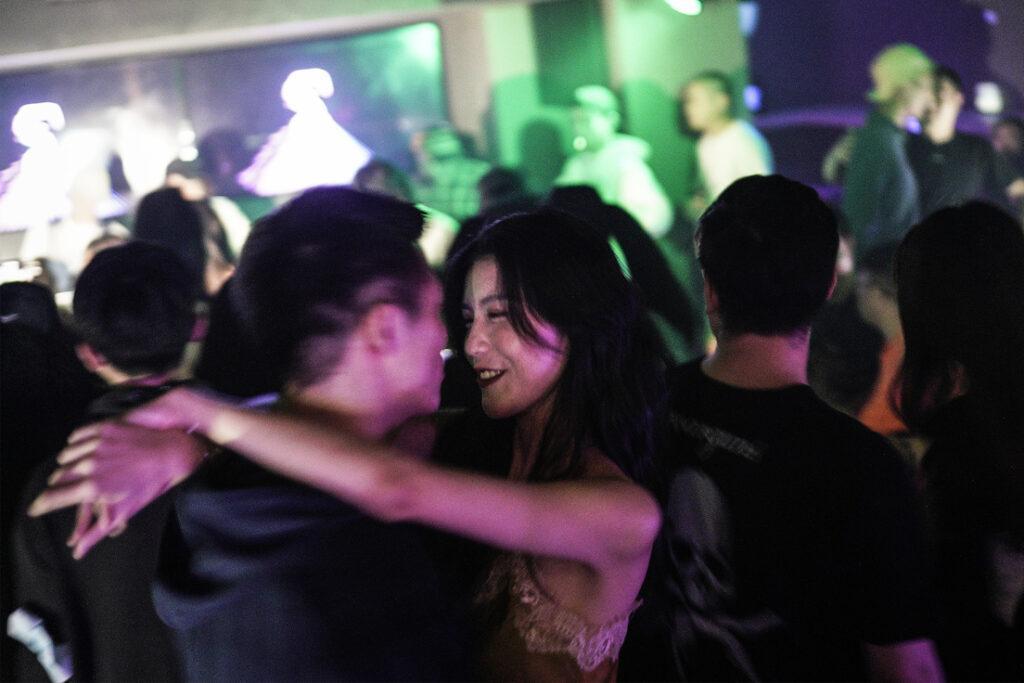 Без масок и дистанцирования: как проходят вечера в ночном клубе Уханя, эпицентра распространения коронавируса 3