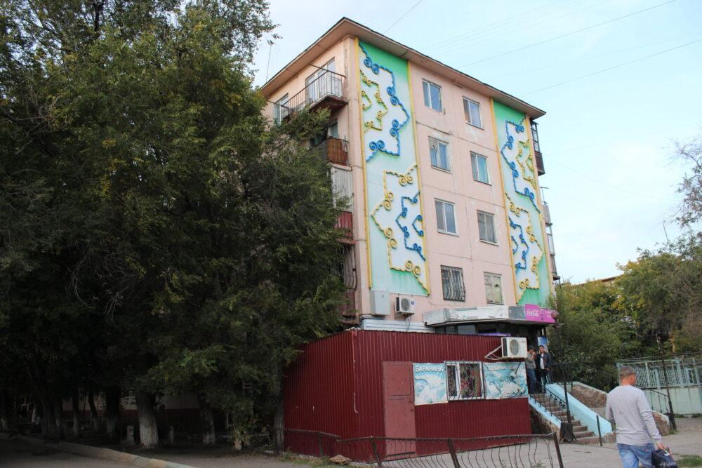 Красота на первом месте: Почему власти Темиртау отказываются ремонтировать аварийный дом 1
