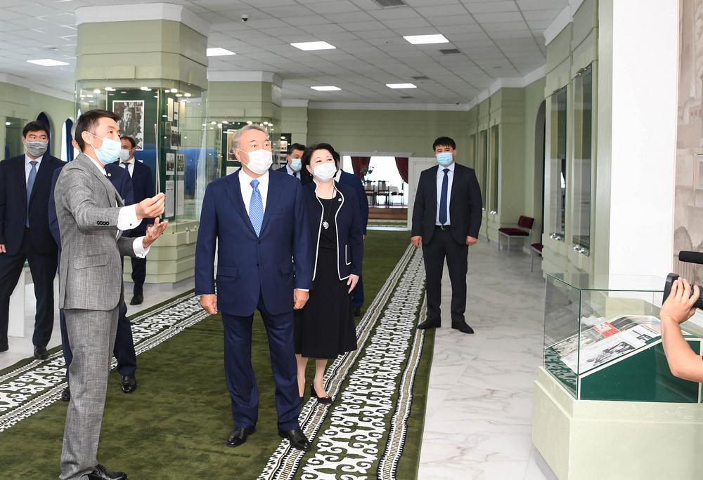 Нурсултан Назарбаев возложил цветы к памятнику Абиша Кекилбаева 4