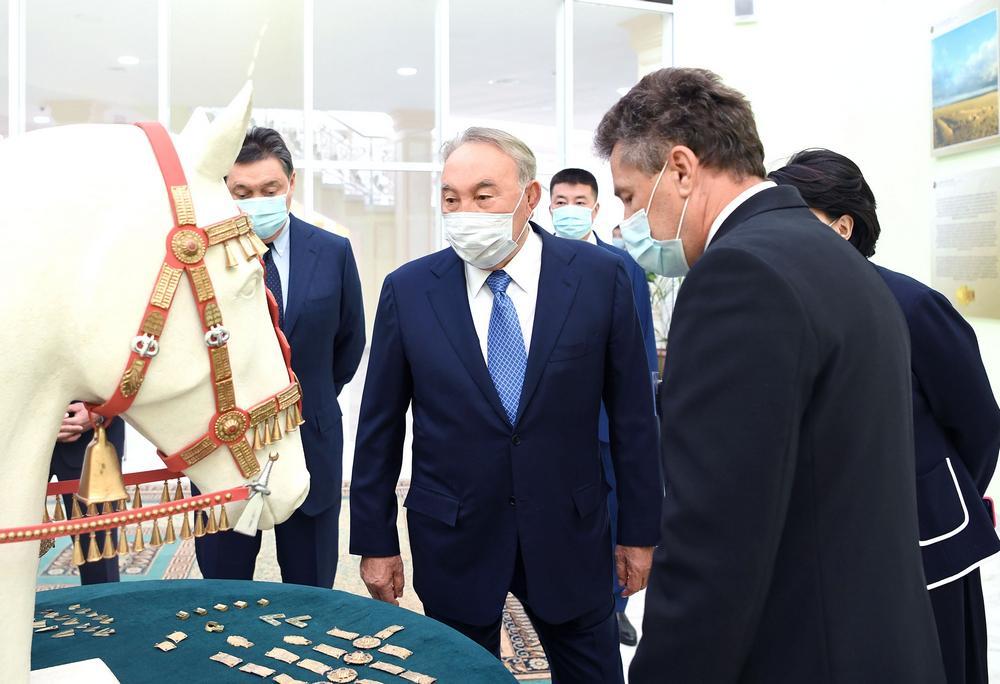Нурсултан Назарбаев возложил цветы к памятнику Абиша Кекилбаева 3