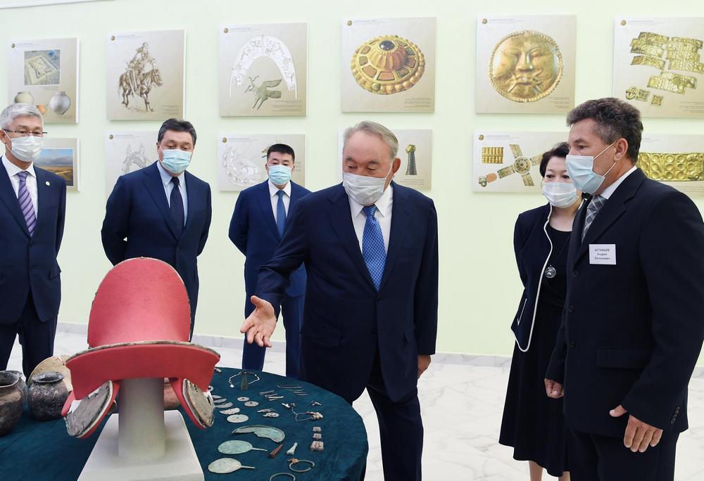 Нурсултан Назарбаев возложил цветы к памятнику Абиша Кекилбаева 1