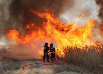 Пожарные вторые сутки борются с загоранием камыша в Атырауской области 2