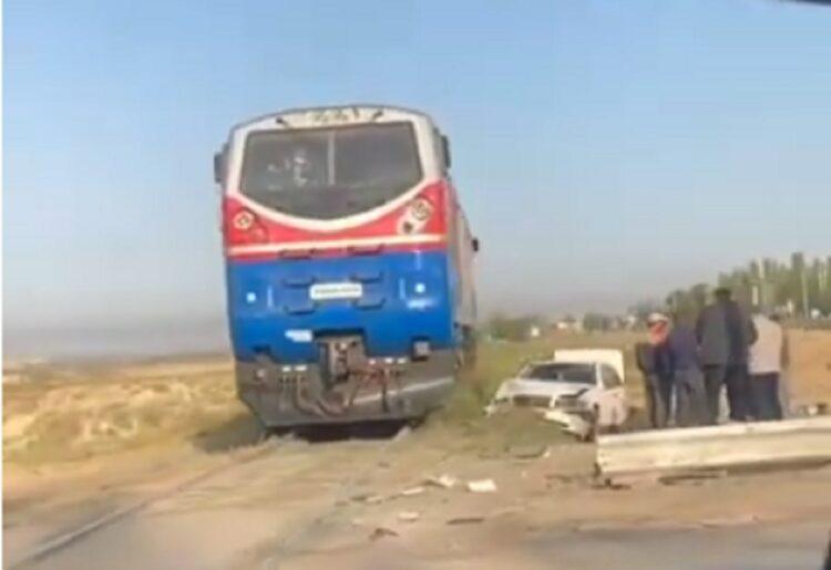 Mercedes столкнулся с поездом в Шымкенте 1