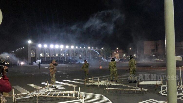 Водометы и слезоточивый газ применили против протестующих в Бишкеке 1
