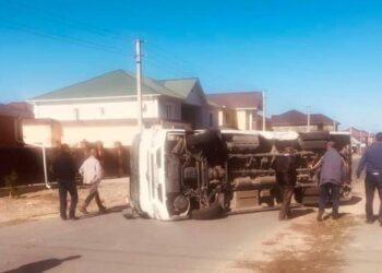 В Атырау после столкновения с легковушкой перевернулся автобус 2