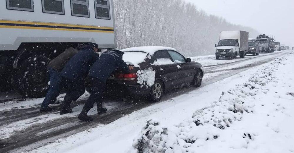 40 машин занесло снегом на трассе в ВКО 1