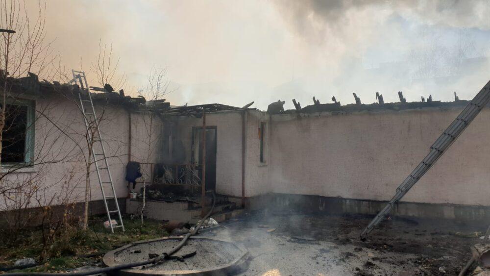 В центре Нур-Султана горит жилой коттедж 1