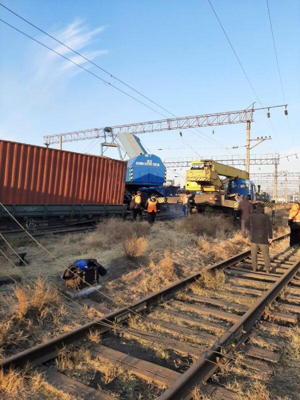 В Шымкенте 13 вагонов сошли с рельсов 2