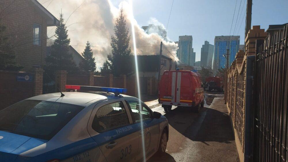 В центре Нур-Султана горит жилой коттедж 3