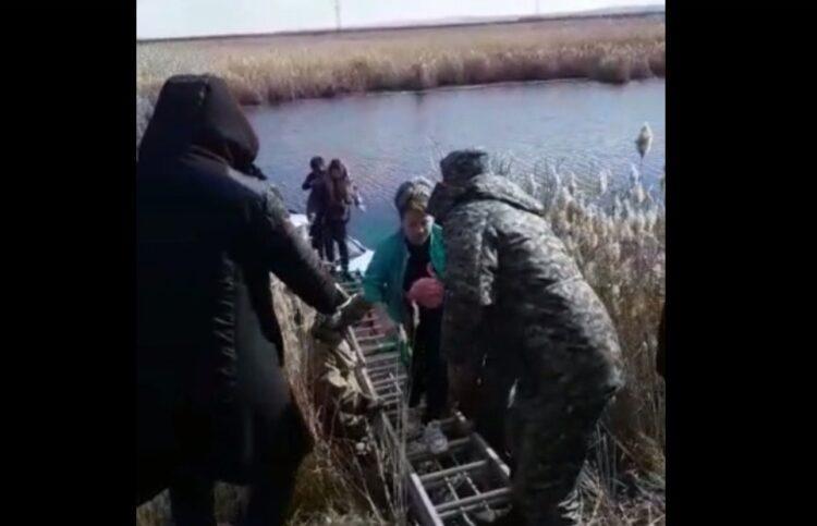 Момент спасения женщины из затонувшего авто