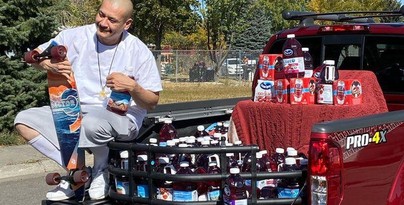 Американец прокатился на лонгборде, попивая клюквенный сок, и стал звездой TikTok 1