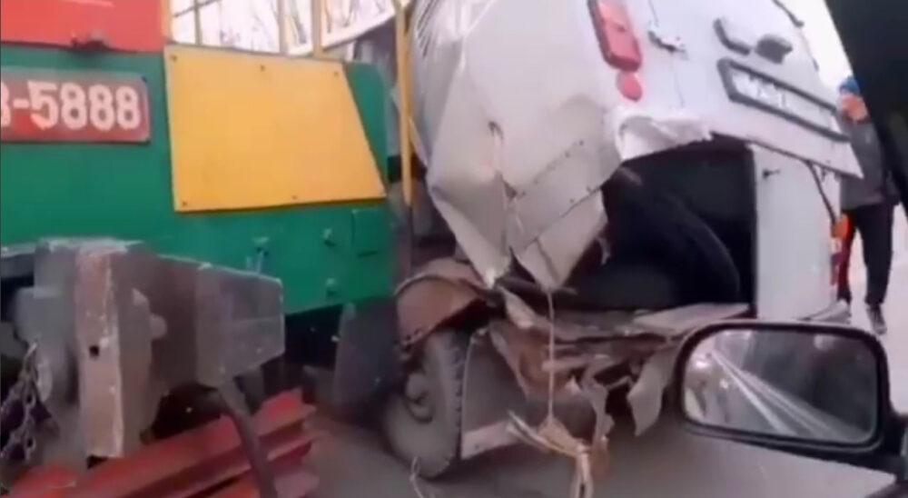 Тепловоз снес автомобиль в Караганде