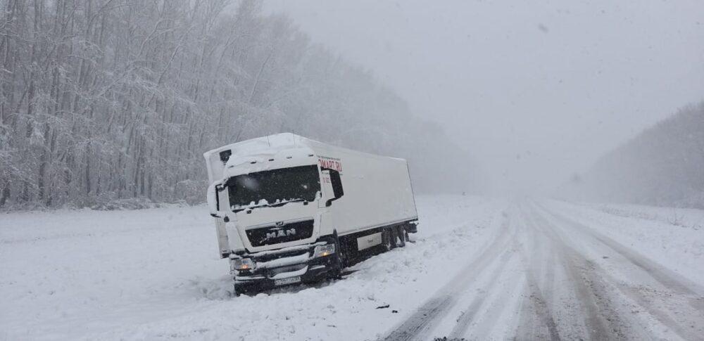 40 машин занесло снегом на трассе в ВКО 2