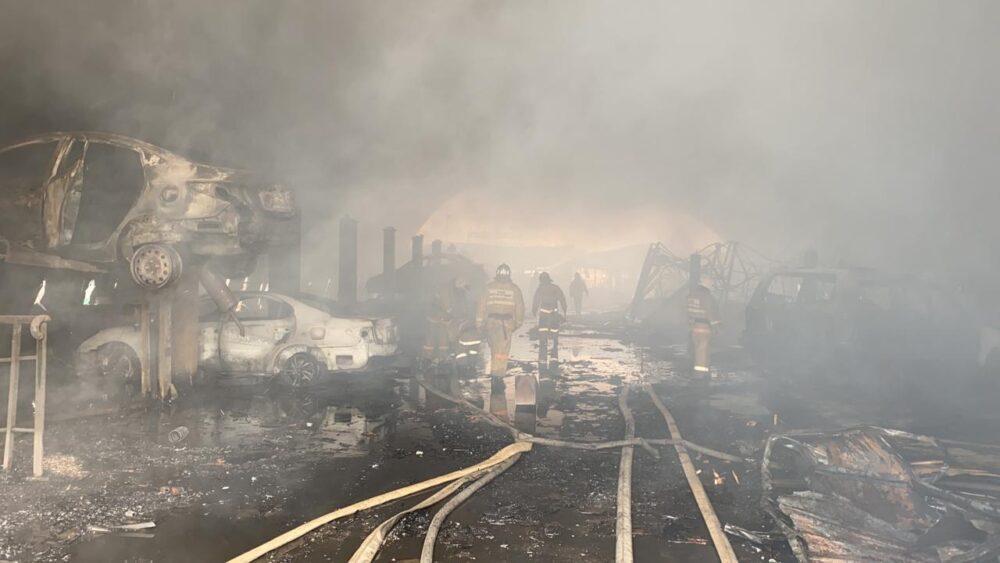 Взрыв произошел во время пожара на одном из СТО в Алматы 2