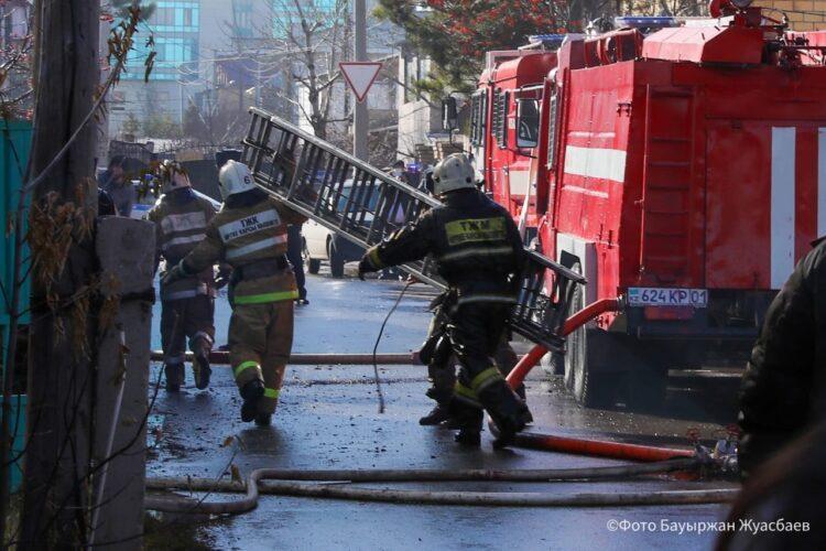 Пожарные потушили сгоревший в центре Нур-Султана коттедж 1