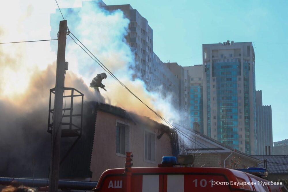 Пожарные потушили сгоревший в центре Нур-Султана коттедж